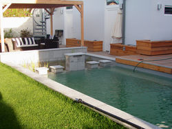 attraktiver naturpool mit pergola und wasserspiel. Black Bedroom Furniture Sets. Home Design Ideas